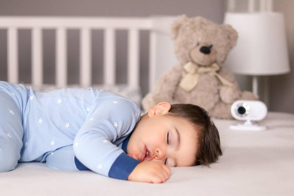 Dziecko śpi pod nadzorem odpowiedzialnych rodziców