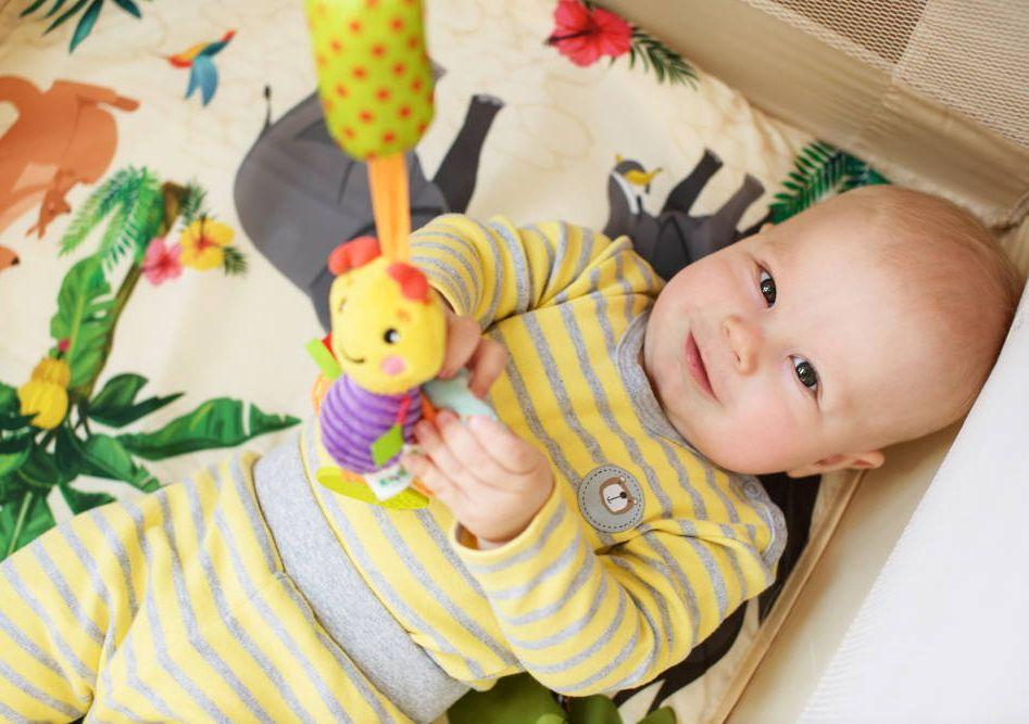 Dziecko bawi się karuzelą z rankingu najlepszych modeli