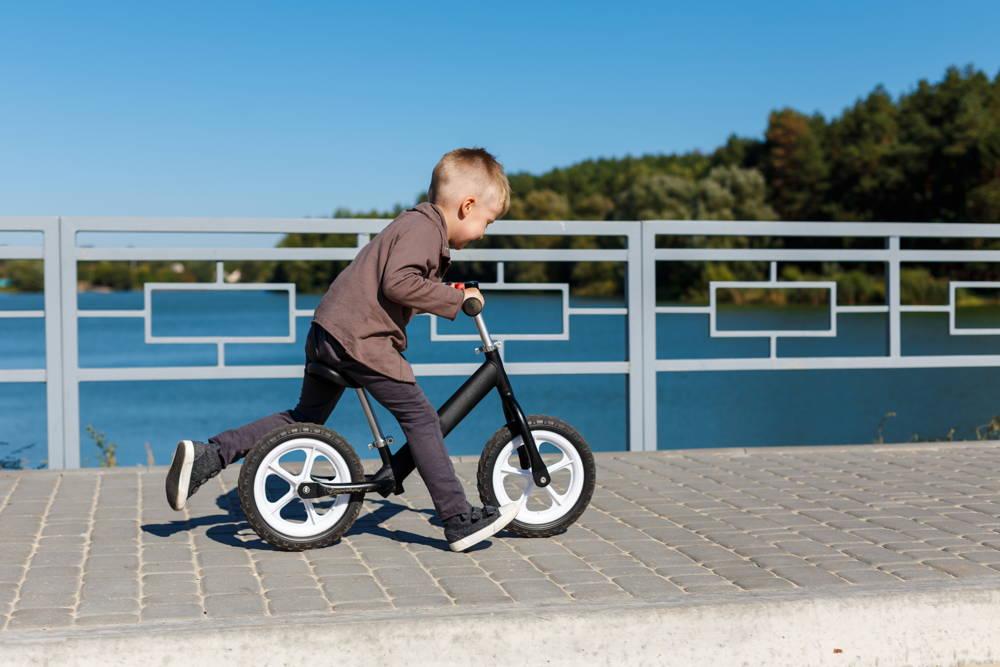 Rowerek biegowy z regulacją dla rocznego dziecka z rankingu