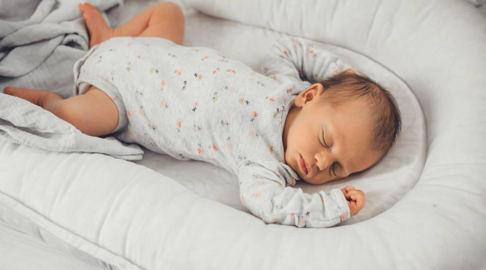 Spiące dziecko bez łóżka turystycznego