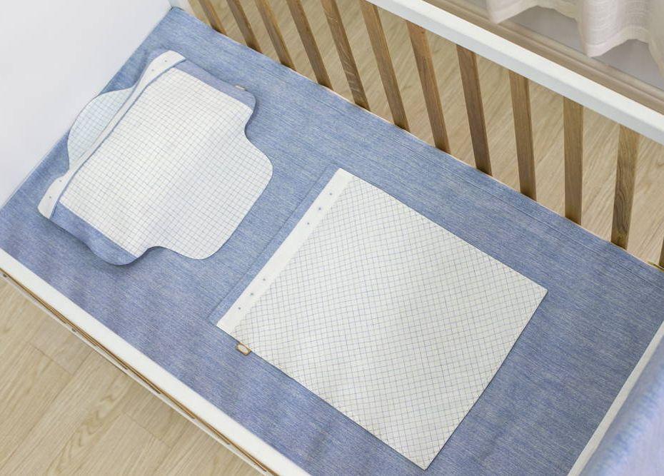 Twardy materac w łóżeczku dla małego dziecka ponizej 6 miesięcy